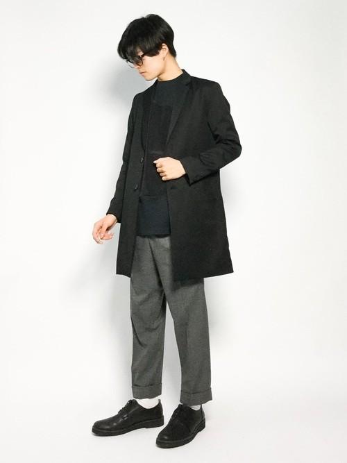 チェスターコートとドロップショルダーTシャツの冬服コーディネート