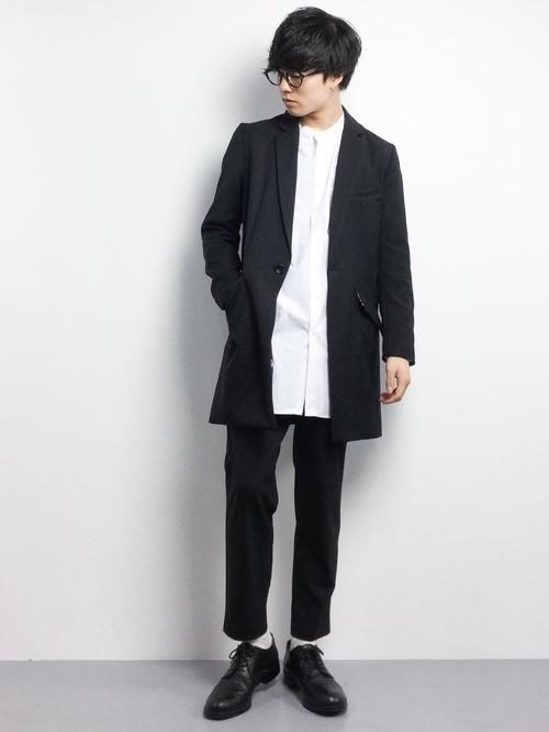 黒のチェスターコートと白シャツのメンズコーディネート