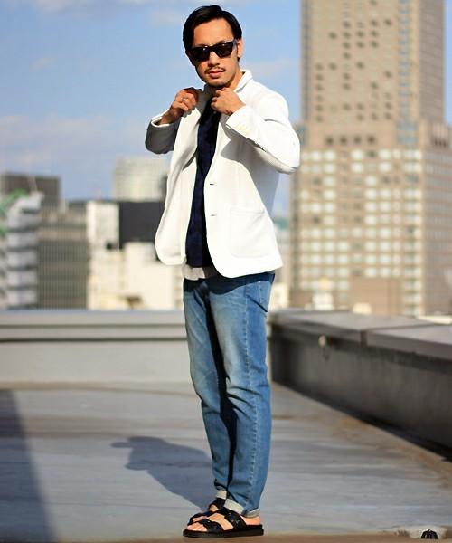 白ジャケットとサンダルのメンズコーディネート