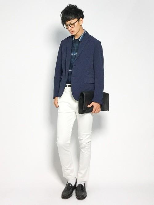 ジャケットと白パンツのコーディネート