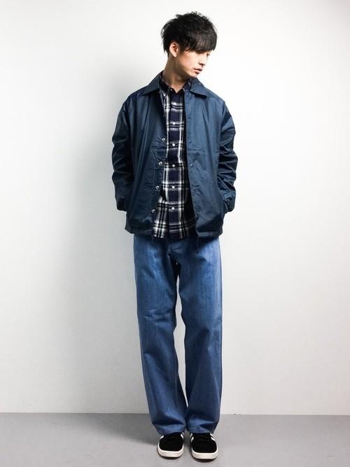 ネイビーナイロンジャケットとチェックシャツのメンズコーディネート