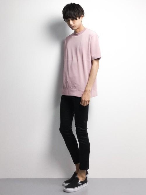 ピンクセーターと黒パンツのメンズコーディネート