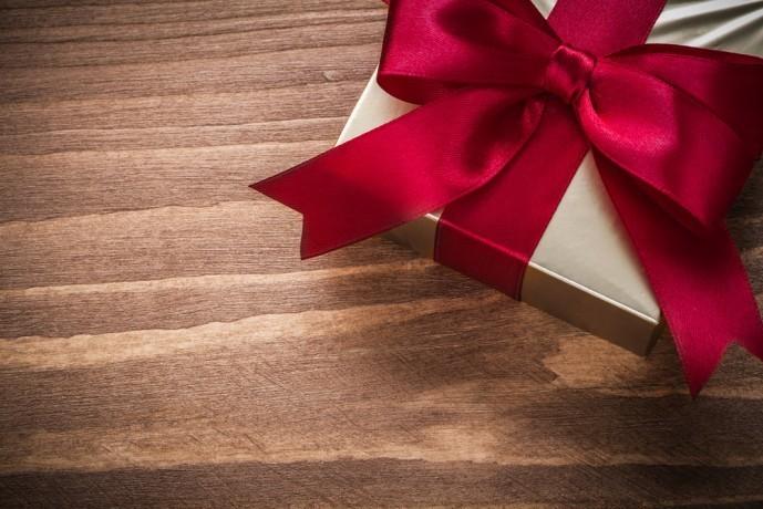 クリスマスプレゼントにピアスを贈る