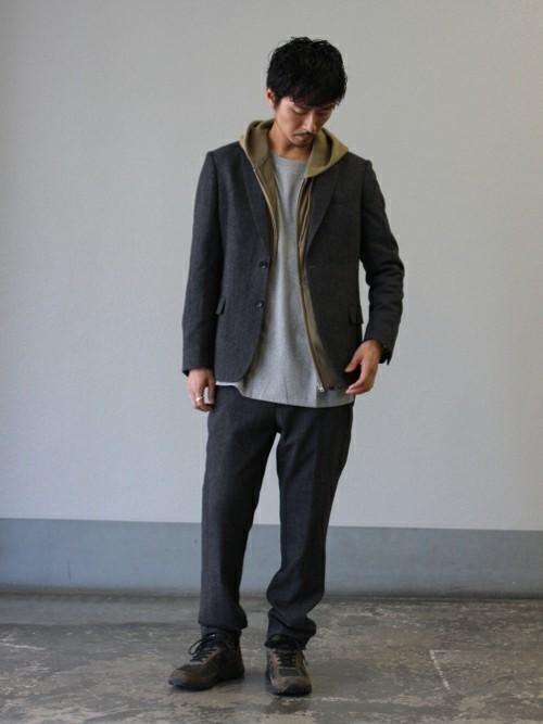 パーカーの重ね着スタイルにジャケットを合わせたメンズ春コーディネート