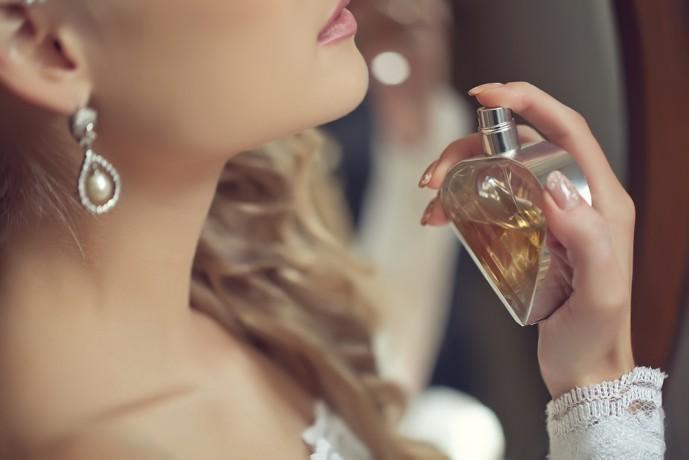 女性へのクリスマスプレゼントに香水の贈り物.jpg