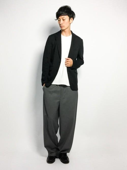 黒ジャケットと白Tシャツのメンズコーディネート