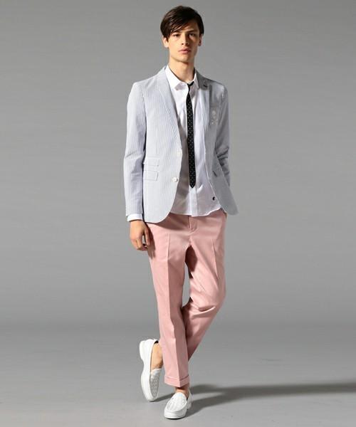ストライプ白ジャケットとピンクパンツのメンズコーディネート