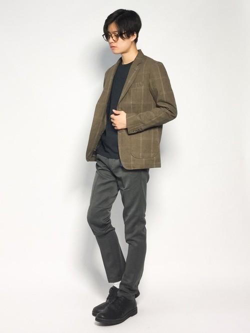 ブラウンチェックジャケットと黒Tシャツのメンズ春コーディネート