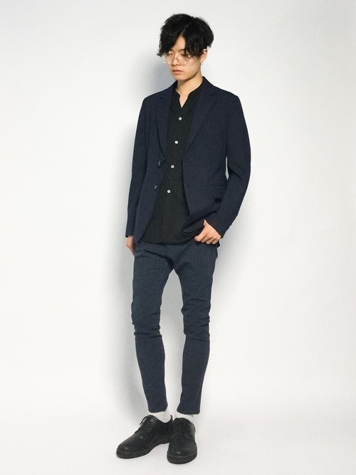 黒ジャケットと黒バンドカラーシャツのメンズ春コーディネート