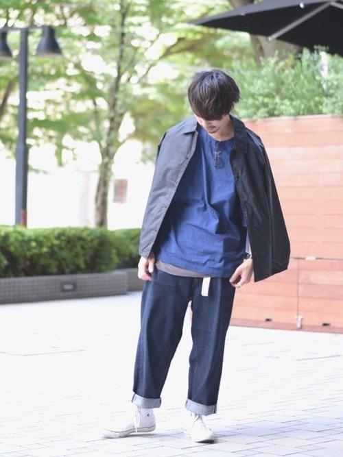 黒ナイロンジャケットとネイビ−Tシャツのメンズコーディネート