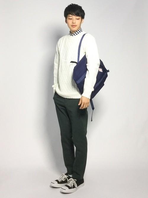 白ニットとチェックシャツのメンズコーディネート
