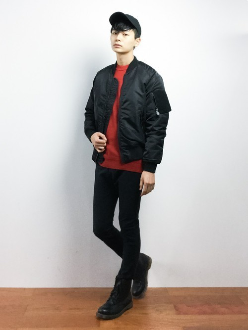 赤セーターと黒パンツのメンズコーディネート