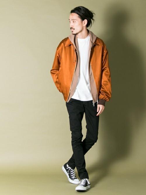 オレンジブルゾンと白Tシャツのメンズコーディネート