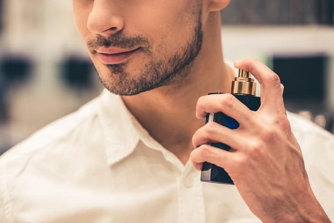 香水を使う男性