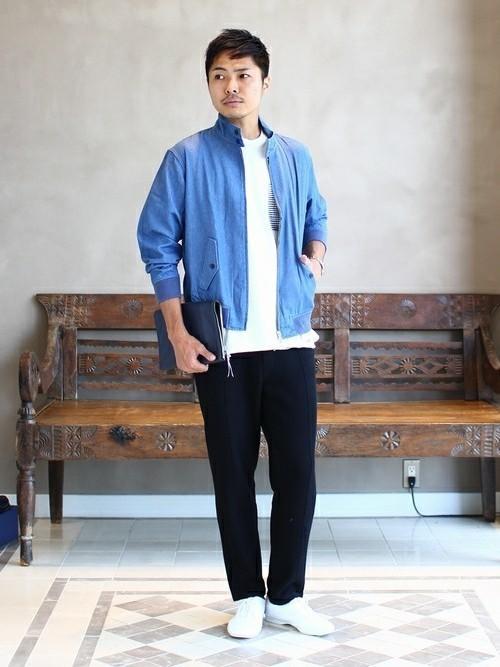 青ブルゾンと白Tシャツのメンズコーディネート