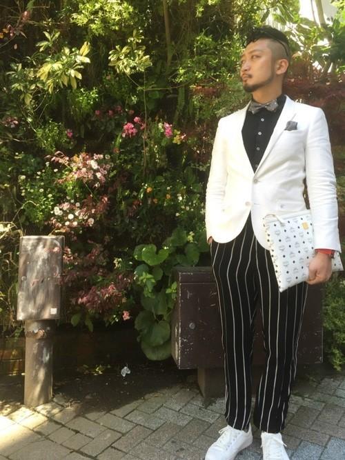 白ジャケットと柄パンツのメンズコーディネート