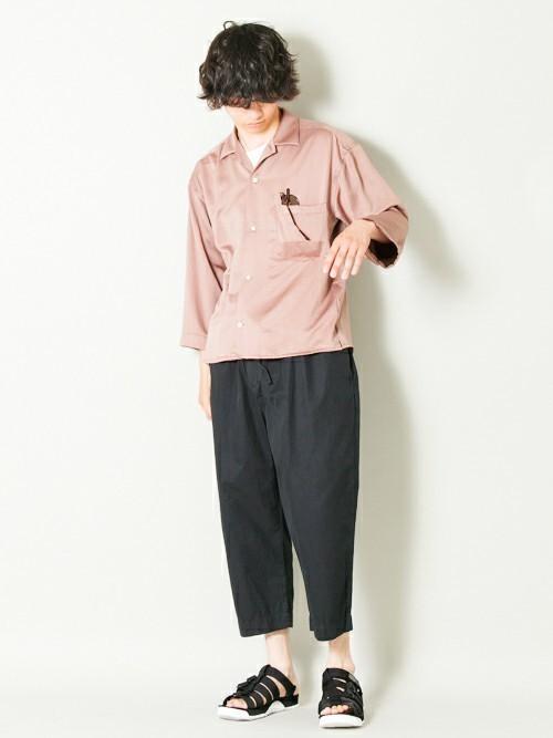 ピンクシャツとワイドパンツのメンズコーディネート
