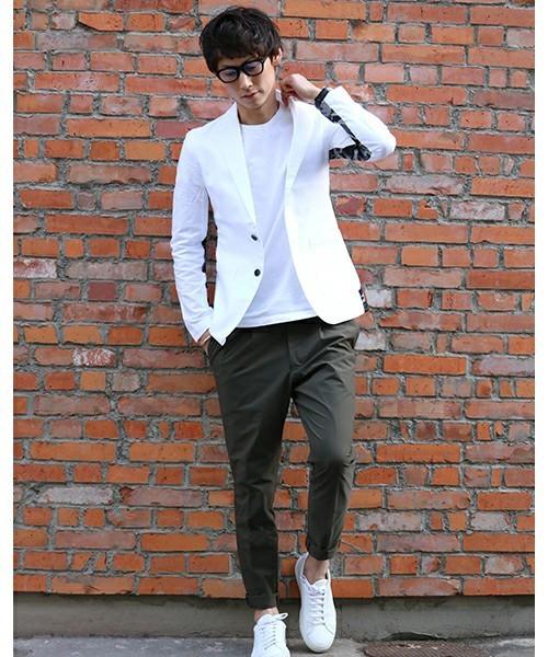 白ジャケットと白Tシャツのメンズコーディネート
