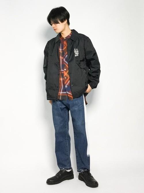 黒ナイロンジャケットと柄シャツのメンズコーディネート