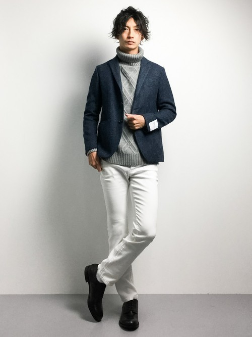 グレーセーターと白パンツのメンズコーディネート