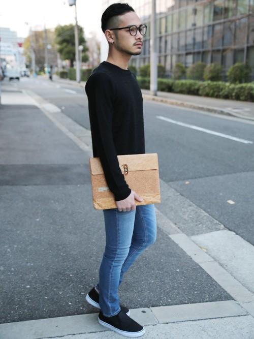 クラッチバッグと黒セーターのメンズコーディネート