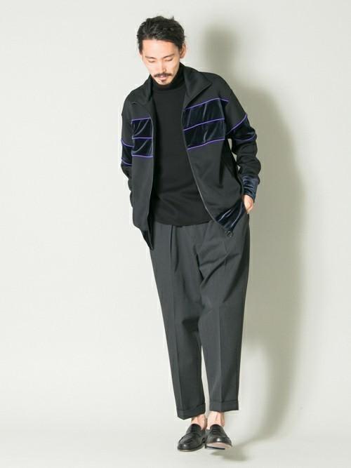 黒セーターと黒アウターの着こなし術