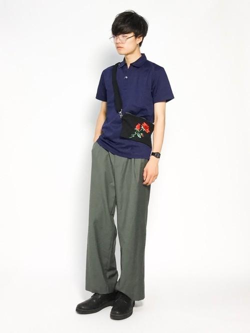 ネイビーシャツとカーキパンツのメンズコーディネート