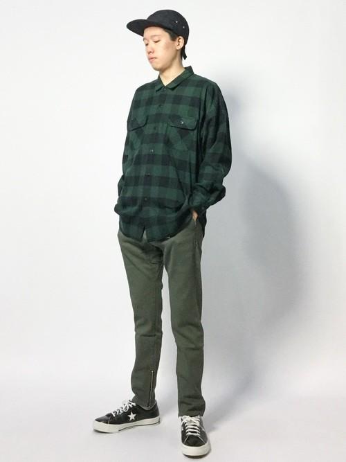 緑のチェックシャツとテーパードパンツのメンズコーデ