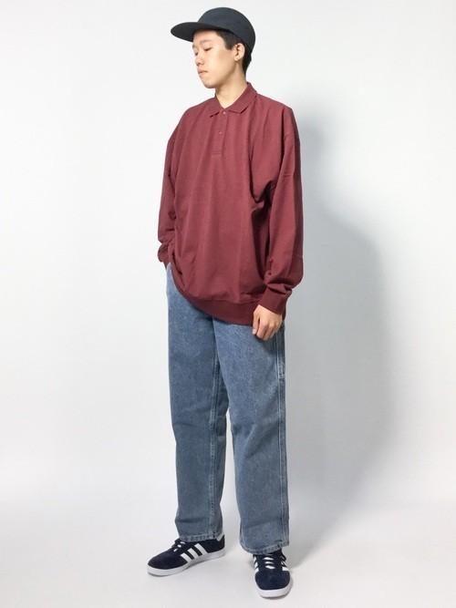 エンジポロシャツとワイドデニムパンツを合わせたメンズコーディネート