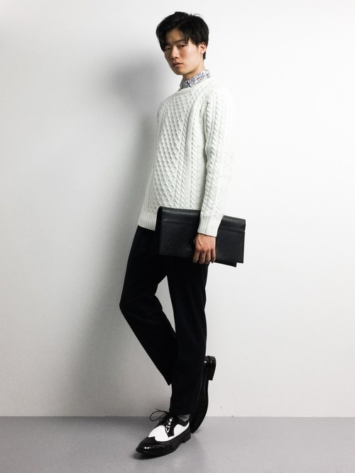 セーター×白シャツのメンズコーディネート
