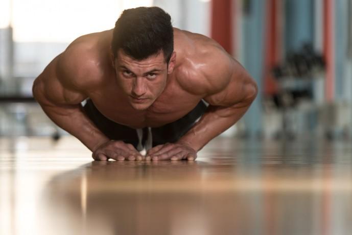 胸筋下部と上腕三頭筋を鍛えられる自重トレーニング