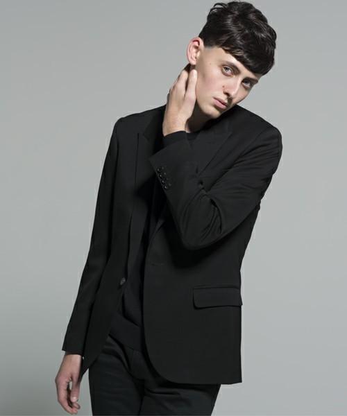 黒テーラードジャケットのメンズコーディネート