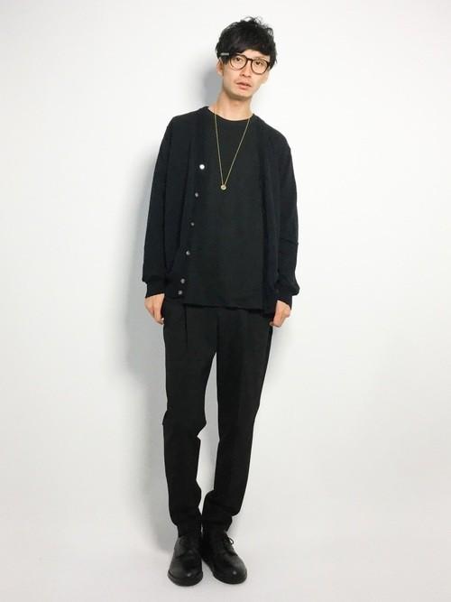 Vネックニットカーディガンと黒Tシャツのメンズコーディネート