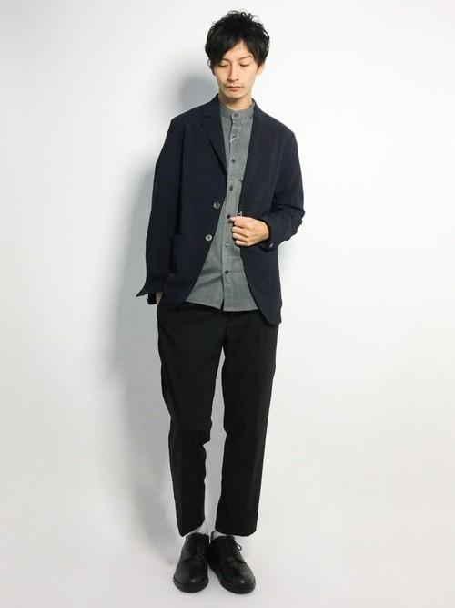 グレーシャツとジャケットのメンズコーデ