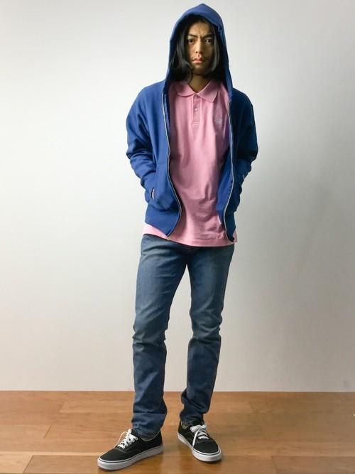 青パーカーとデニムパンツの着こなしコーデ