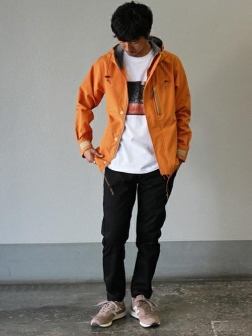 オレンジパーカーとプリントTシャツのメンズコーディネート