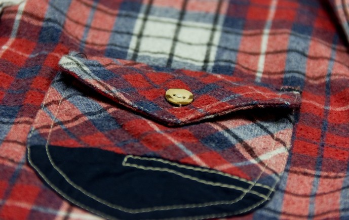 赤のチェックシャツの着こなし方