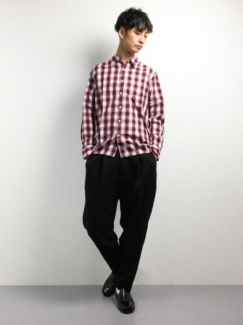 赤チェックシャツとワイドパンツのメンズコーデ