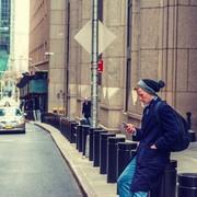 Vネックニットのメンズコーデ特集。重ね着などおしゃれ着こなしを徹底解説 | Smartlog