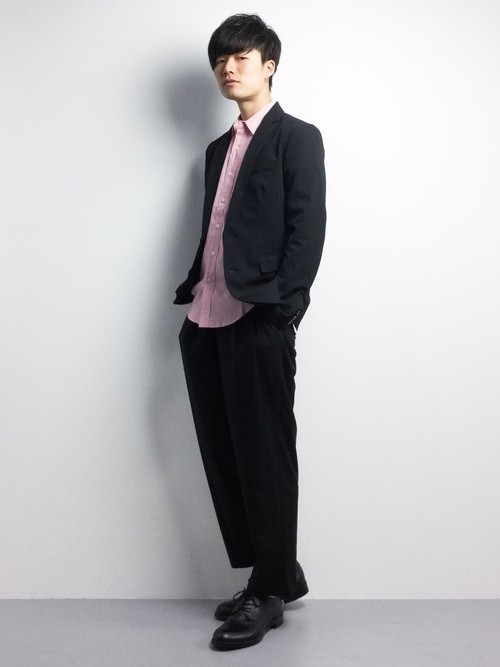 黒ジャケット×ピンクシャツのメンズ春コーディネート