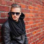 黒マフラーでメンズコーデを上品に格上げ!冬場に最適な着こなし術7選 | Smartlog