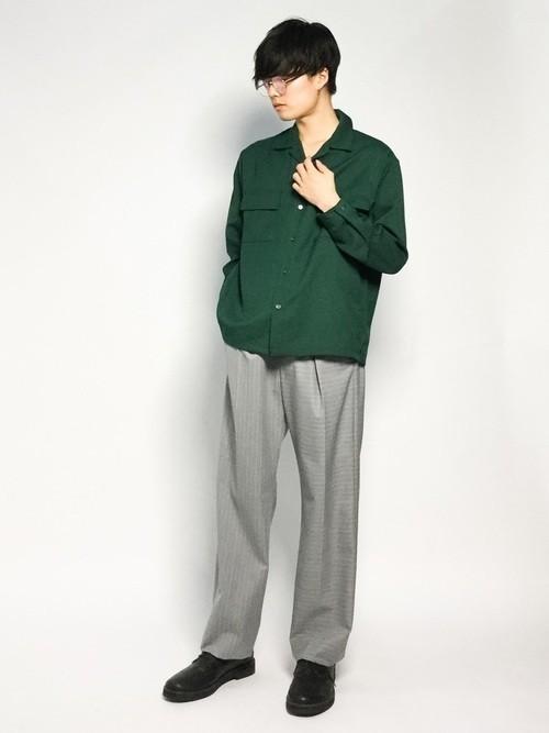 緑シャツとストライプパンツのメンズコーディネート