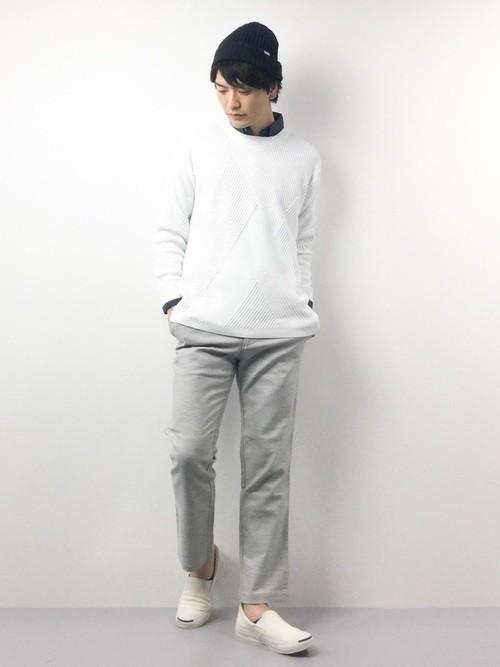 白ニットとネイビーシャツのメンズコーディネート