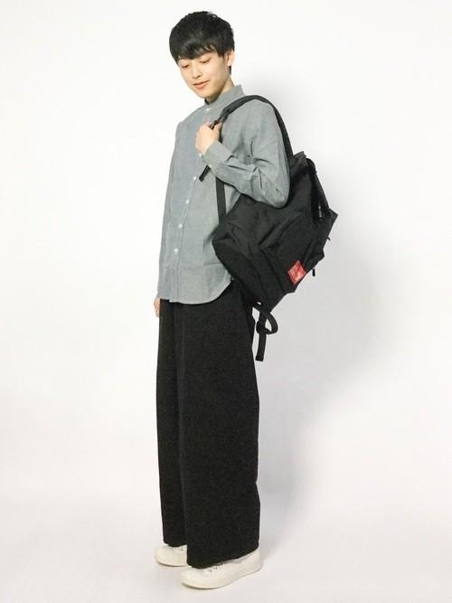 グレーシャツとワイドパンツの黒リュックコーディネート