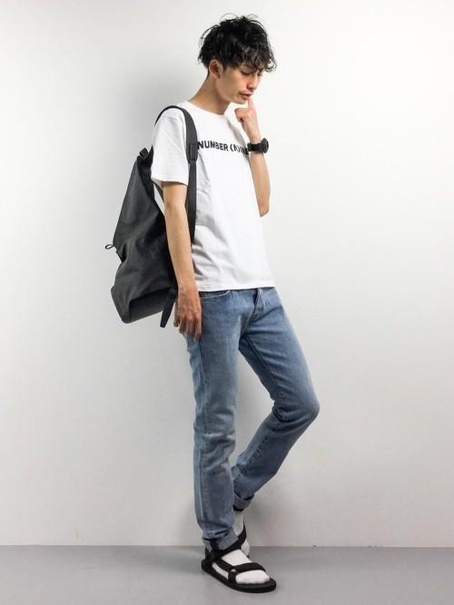 白Tシャツとデニムパンツと黒リュックのメンズコーディネート