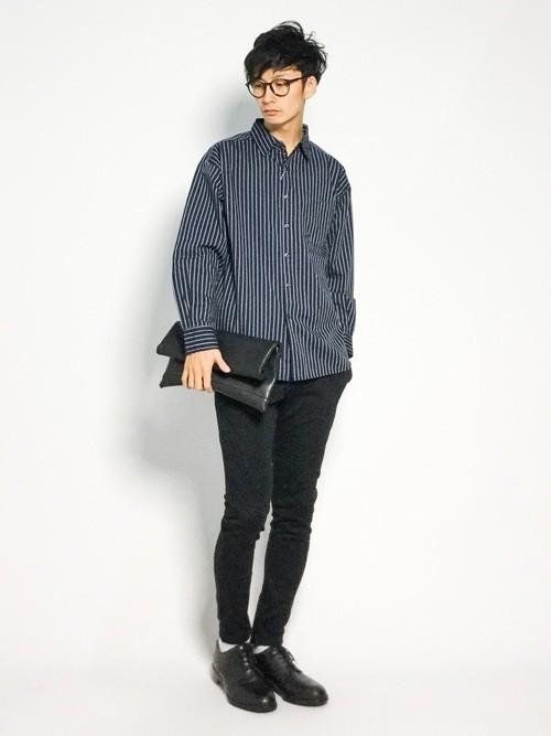 長袖ネイビーシャツとスキニーパンツのメンズコーディネート
