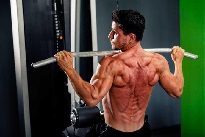 背筋を鍛えられる効果的な鍛え方「フロントラットプルダウン」