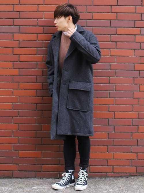グレーチェスターコートとブラウンニットの重ね着に黒ハイカットスニーカーを合わせたメンズコーディネート
