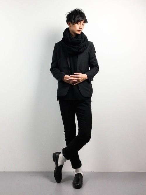 黒ジャケットを使ったオールブラックコーデ