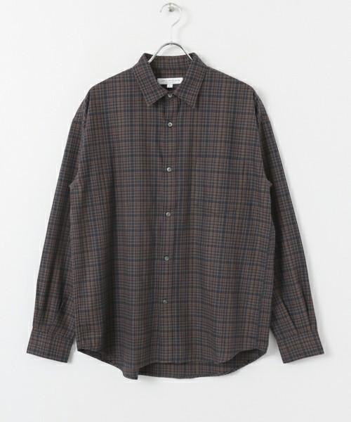 ブラウンのチェックシャツ
